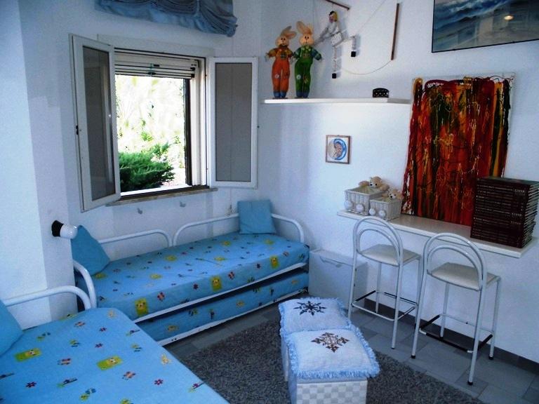 Villa rosamarina stupenda villa a due piani con giardino for 4 piani di camera da letto a due piani